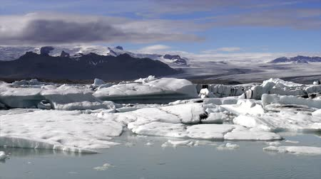 inculto : Icebergs floating in the Jokulsarlon galcier lagoon in Iceland.