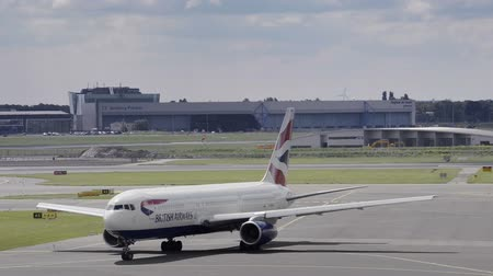 İngilizler : British Airways Boeing 767 taxiing to the runway at Schiphol Airport near Amsterdam, The Netherlands.