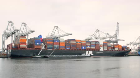 運輸 : Container cargo ship in the port of Rotterdam loaded with shipping containers. 影像素材