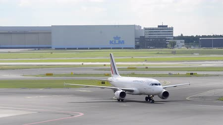 francja : Air France Airbus A319 airplane taxiing to the gate at Schiphol airport near Amsterdam,  The Netherlands.