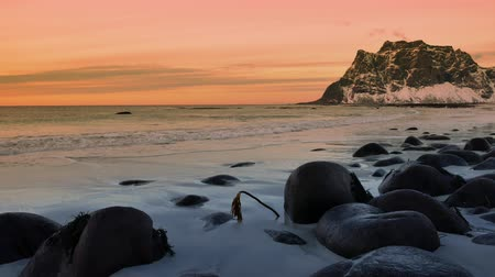 majestátní : Waves at Utakliev beach in the Lofoten archipel in Norway during sunset at the end of a beautiful winter day. Dostupné videozáznamy