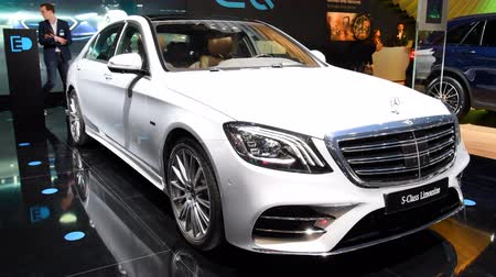 limuzína : Mercedes-Benz S 560 E Plug-in Hybrid Limousine luxury saloon on display during the 2018 Brussels Motor Show.