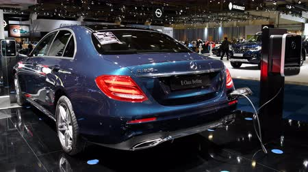 limuzína : Mercedes-Benz E-Class E 300th plug-in hybrid limousine luxury saloon on display during the 2018 Brussels Motor Show.