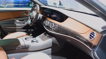 zástrčka : Mercedes-Benz S 560 E Plug-in Hybrid Limousine luxury saloon interior on display during the 2018 Brussels Motor Show. Dostupné videozáznamy