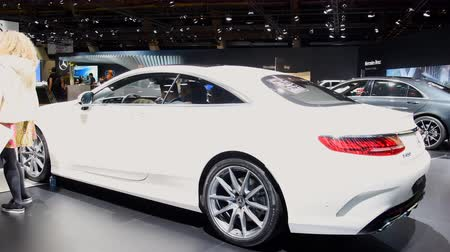 двухместная карета : Mercedes-Benz S-Class Coupe luxury exclusive car on display at the 2018 European Motor Show Brussels. Стоковые видеозаписи