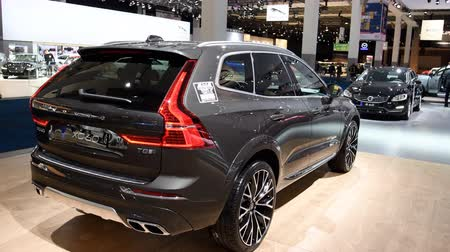 İsveççe : Volvo XC60 luxury compact SUV car with a skibox mounted on the roof on display during the 2018 European Motor Show ..