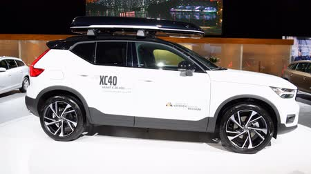 kompakt : Volvo XC40 luxury compact SUV car with a skibox mounted on the roof on display during the 2018 European Motor Show ..