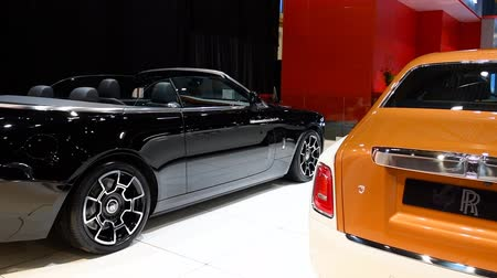 limuzína : Rolls-Royce Black Badge Dawn convertible and Rolls Royce Phantom (Rolls-Royce Phantom VIII) luxury exclusive cars on display at the 2018 European motor show in Brussels.