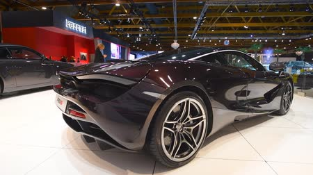 двухместная карета : McLaren 720s exclusive British sports car fitted with a 4.0-liter twin-turbo V8 engine on display at the 2018 European motor show in Brussels. Стоковые видеозаписи