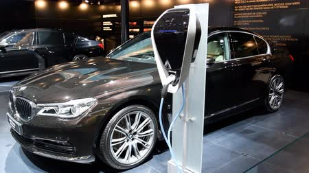 седан : BMW 7-series 740Le iPerformance xDrive hybrid luxury executive sedan on display during the 2017 European Motor Show Brussels.