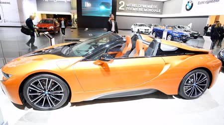 двухместная карета : BMW i8 coupe and i8 Roadster plug-in hybrid luxury sports cars on display at the 2018 European motor show in Brussels.