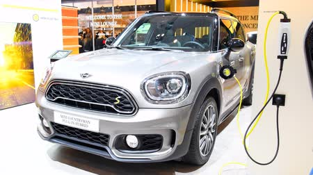 электрический : MINI Countryman Plug In Hybrid retro design crossover SUV car on display at the Mini Motorshow stand during the 2018 European Motor Show Brussels. Стоковые видеозаписи