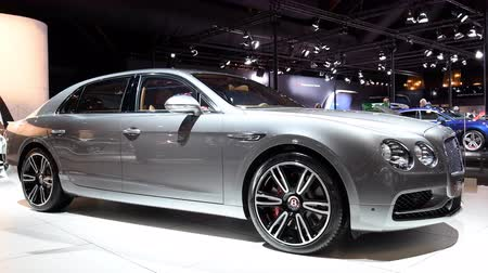 limuzína : Bentley Flying Spur W12 luxury executive saloon car on display at the 2018 European motor show in Brussels. Dostupné videozáznamy