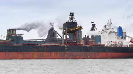 minério : Coal cargo ship unloading at the coal terminal at a steel mill. Vídeos