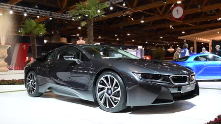 двухместная карета : BMW i8 coupe plug-in hybrid luxury sports car on display at the 2018 European motor show in Brussels. Стоковые видеозаписи