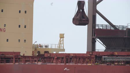 ijzererts : Coal cargo ship unloading at the coal terminal at a steel mill. Stockvideo