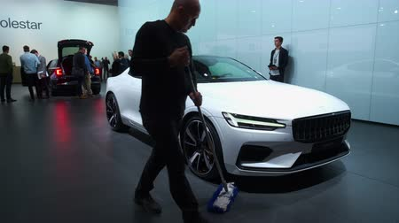 kupé : BRUSSELS, BELGIUM - JANUARY 8, 2020: Polestar 1 hybrid sports car coupe in white on display at Brussels Expo. Polestar is the performance company and brand of Volvo Cars. Handheld gimbal shot. Dostupné videozáznamy