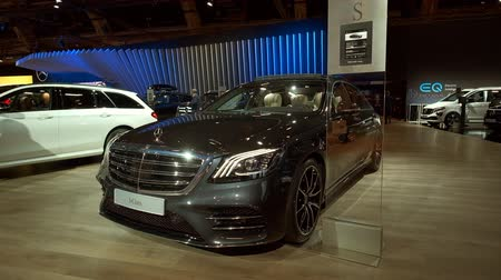 electric vehicle : BRUSSELS, BELGIUM - JANUARY 9, 2020: Mercedes-Benz S-Class S560e 4MATIC Plug-in hybrid sedan luxury limousine on display at Brussels Expo Stock Footage