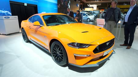 konumlandırma : BRUSSELS, BELGIUM - JANUARY 9: Ford Mustang 5.0 V8 sports car interior on display at Brussels Expo