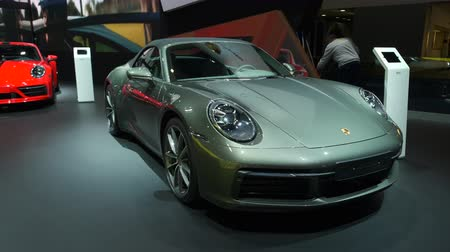 kabriolet : BRUSSELS, BELGIUM - JANUARY 9, 2020: Porsche 911 Carrera 4 Cabriolet (992 Series) and Porsche 911 Carrera 2 Coupé sports car in red on display at Brussels Expo