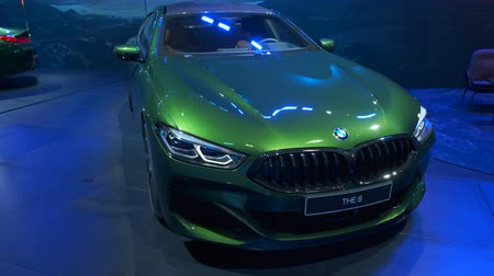 двухместная карета : BRUSSELS, BELGIUM - JANUARY 9, 2020: BMW 8 Series M850i xDrive Gran Coupe fastback on display at Brussels Expo Стоковые видеозаписи