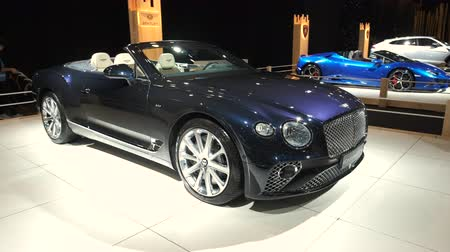 gt : BRUSSELS, BELGIUM - JANUARY 8, 2020: Bentley Continental GT Convertible GTC V8 on display at Brussels Expo Stock Footage