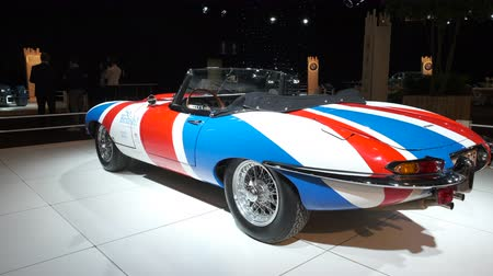 描かれた : BRUSSELS, BELGIUM - JANUARY 8 ,2020: Jaguar E-Type Roadster classic sports car with a Uninon Jack flag painted on the body on display at Brussels Expo 動画素材