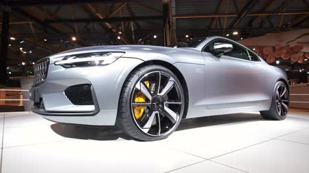 belgie : BRUSSELS, BELGIUM - JANUARY 8, 2020: Polestar 1 hybrid sports car coupe in matte grey on display at Brussels Expo. Polestar is the performance company and brand of Volvo Cars. Handheld gimbal shot.
