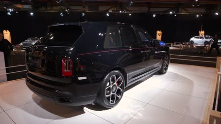 odznaka : BRUSSELS, BELGIUM - JANUARY 8, 2020: Rolls-Royce Cullinan Black Badge luxury SUV car on display at Brussels Expo. Handheld gimbal shot.