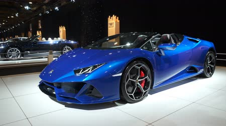 bélgica : BRUSSELS, BELGIUM - JANUARY 8, 2020: Lamborghini Huracan EVO Spyder convertible sports car on display at Brussels Expo. Handheld gimbal shot. Stock Footage