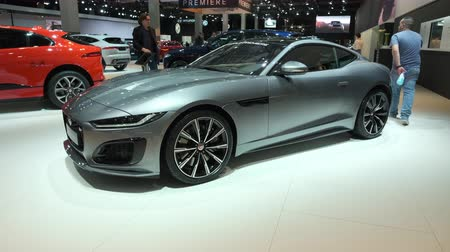 kabriolet : BRUSSELS, BELGIUM - JANUARY 9, 2020: Jaguar F-Type Convertible and coupe 2020 facelift sports car on display at Brussels Expo. Handheld gimbal shot around the cars. Wideo