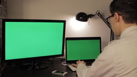 masaüstü : Man hands typing on green screen laptop computer