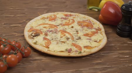 restaurante : Rotating Pizza tomatoes pepper