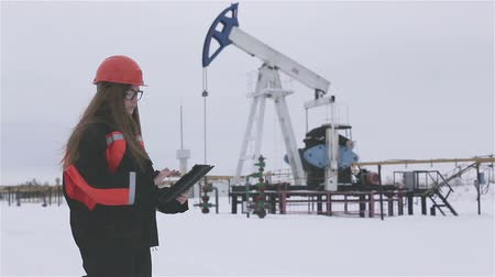 broca : Female engineer and oil man working together in an oilfield, teamwork Stock Footage