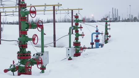 защелка : Valves on a production wellhead.