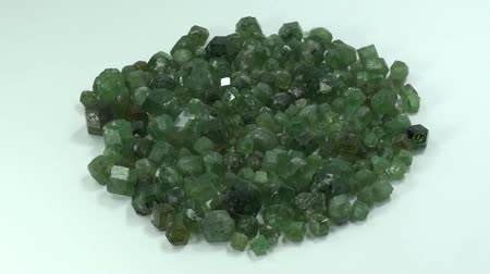 espécime : Demantoid Garnet, cutting-quality crystals, dark green color, locality, Pakistan. Vídeos
