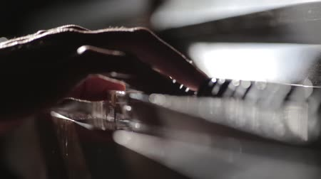 músico : Close up video of pianist fingers playing on piano