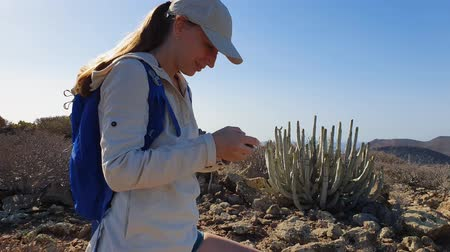 área de deserto : Young hiking girl makes a video of coast line of Tenerife island