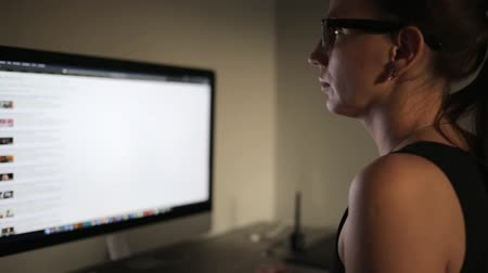 estudioso : Young woman searching information in internet