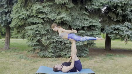 akrobata : Pair of acroyoga sportspersons performing flying in the air