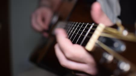фокус : Man playing guitar close up