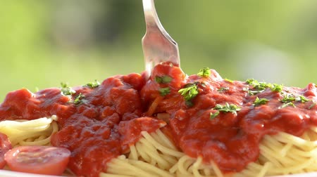 molho de tomate : Twisting fork with tomatoes sauce  and pasta Stock Footage