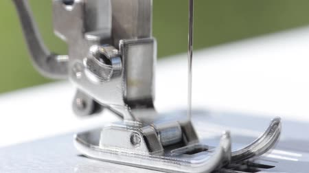 subir : Sewing machine against a green background