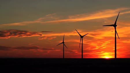 sustentável : Wind turbines at sunset