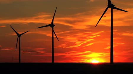 moinho de vento : Wind turbines at sunset