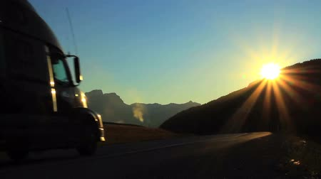 доставлять : Truck on Highway with Sun