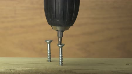 parafusos : Turning a screw into a two by four with power drill