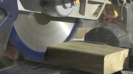 opravář : Mitre Saw cutting a two by four