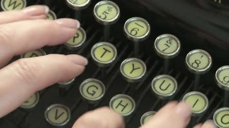 maszyna do pisania : Woman typing on antique typewriter