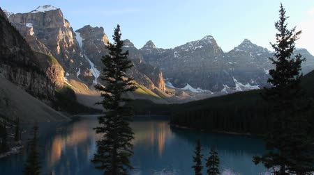 montañas : Moraine Lake en Parque Nacional Banff Archivo de Video